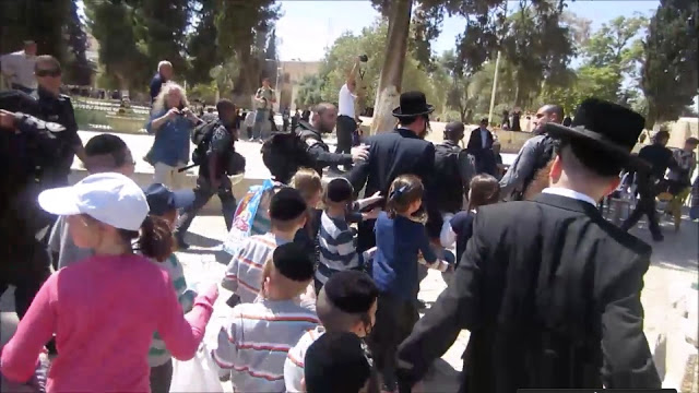 Jewish-kids-on-Temple-Mount