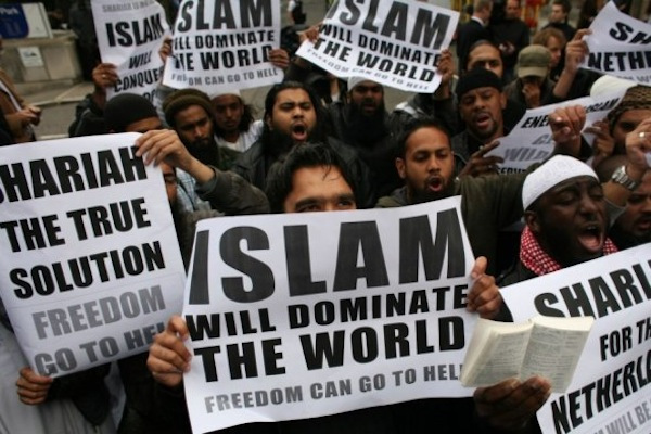 muslims-carrying-banners-declaring-islam-will-dominate-the-world-protest-at-the-visit-of-mr-wilders-to-the-uk-sharia