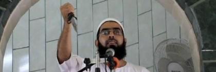 Palestinian-preacher-holding-knife-Gaza