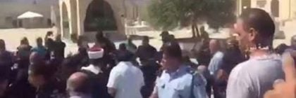 Arabs-storming-Police-on-Temple-Mount