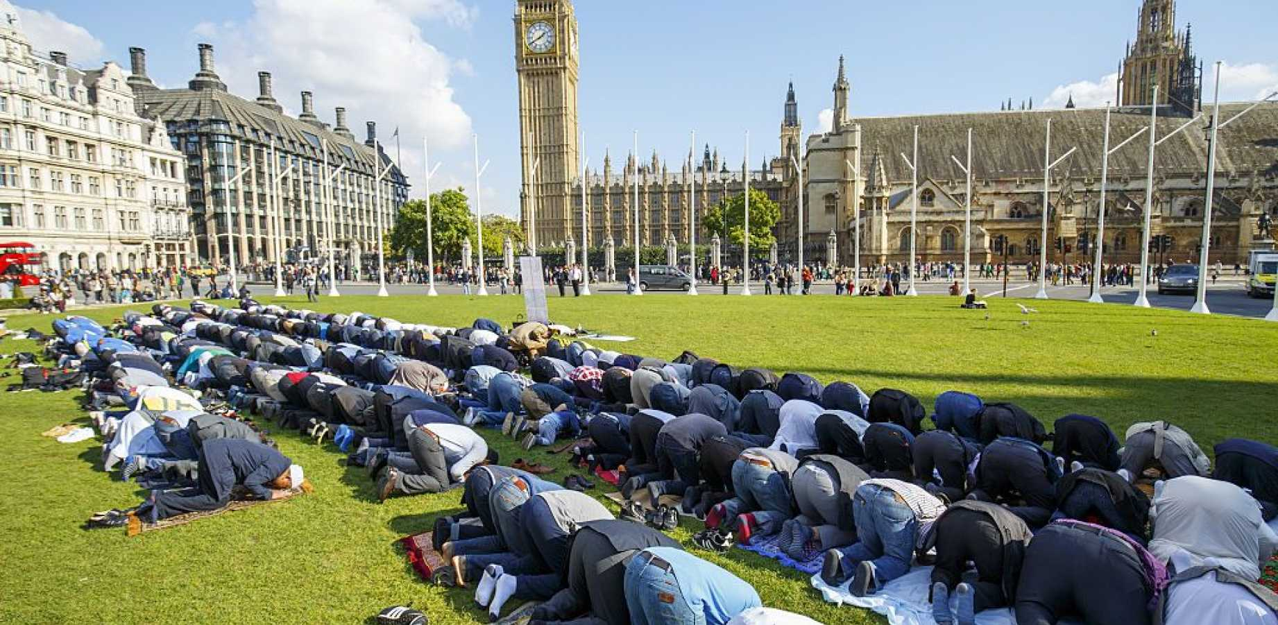 muslims_pray_united_kindom_britain